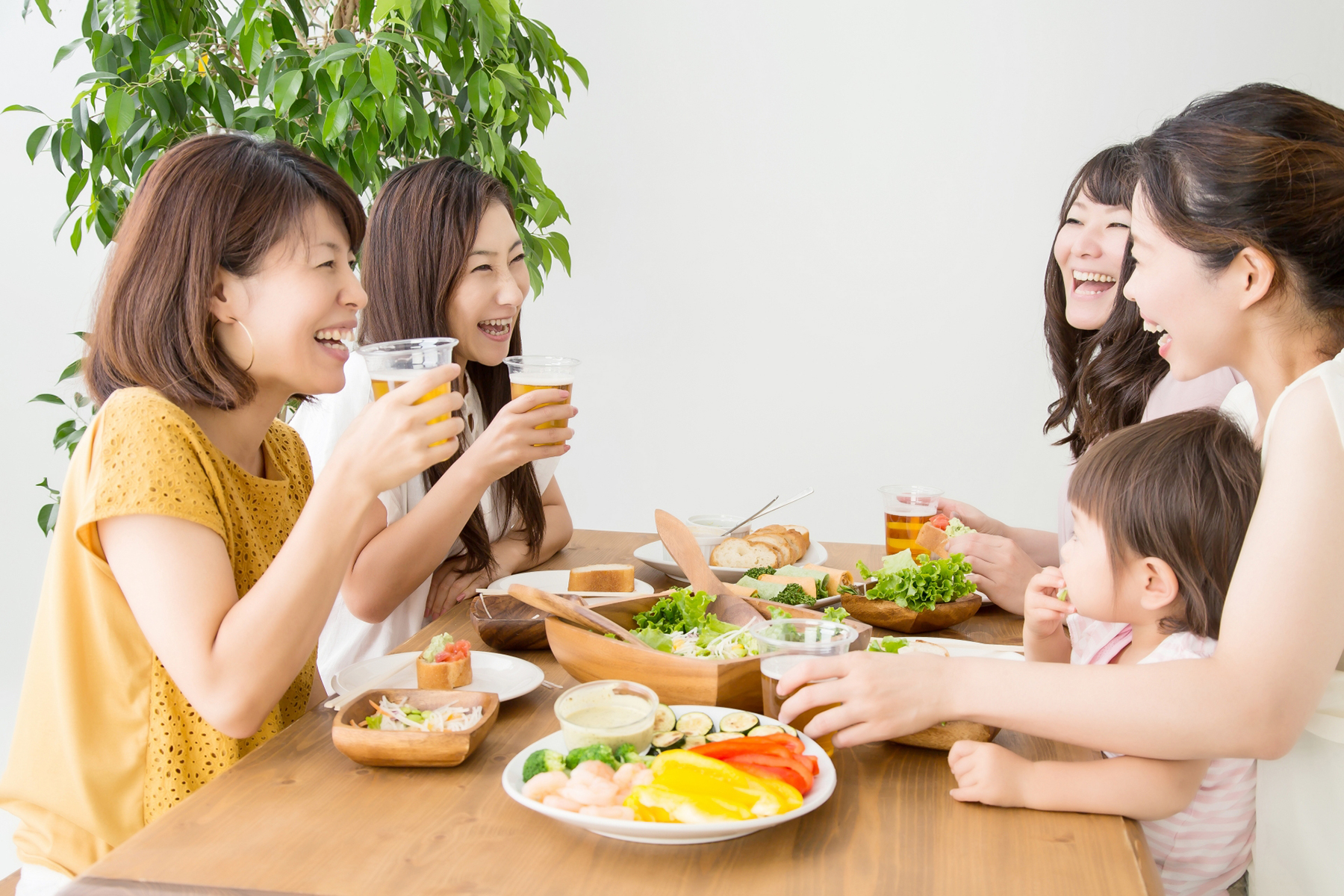 食事をしながら談笑する女性たち